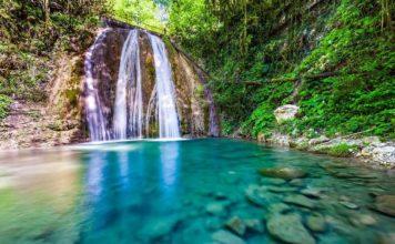 Завораживающая красота одного из водопадов - фото