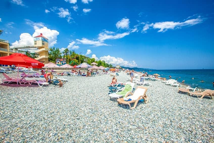 Один из пляжей Сочи - фото