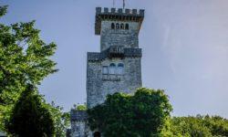 Смотровая башня на горе - фото