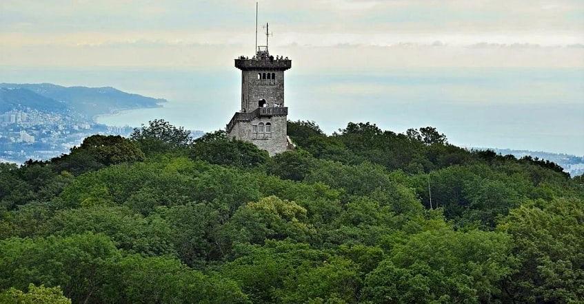 Башня Ахун в летний период - фото