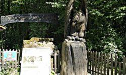 Фигура орла из дерева - фото