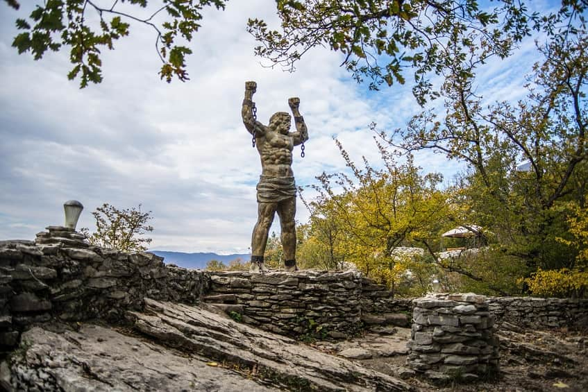 Каменная статуя Прометея - фото