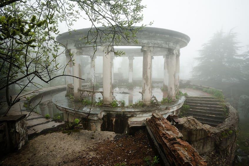 Ресторан с призраками - фото