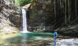 CHaruyushchaya-krasota-Azhekskogo-vodopada