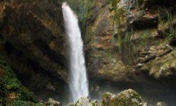 Чарующий вид на водопад - фото