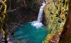 Neglubokoe-ozero-u-Nizhnego-vodopada