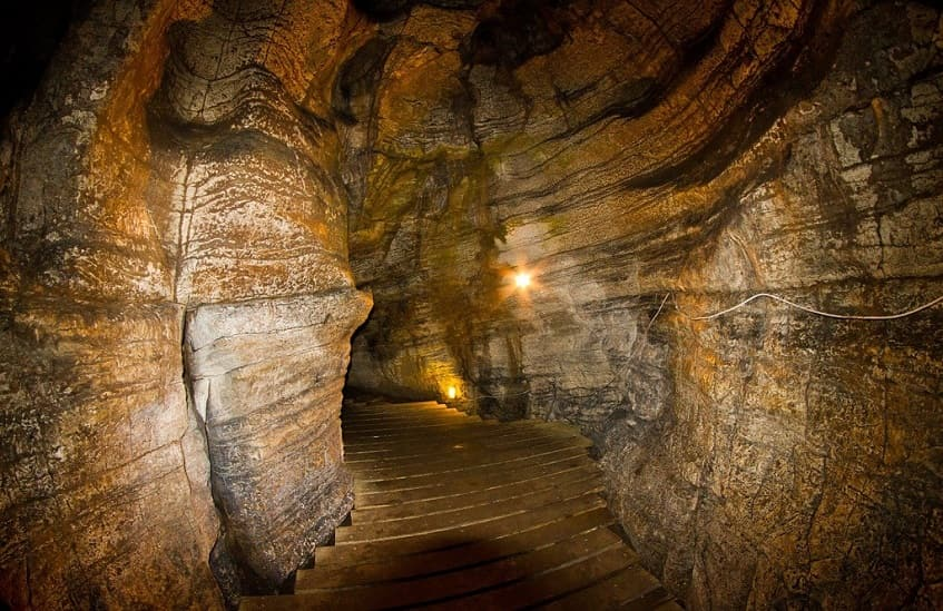 Освещение и лестница в Ахштырской пещере - фото