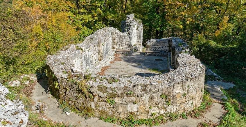 Руины христианского храма рядом с водопадом - фото