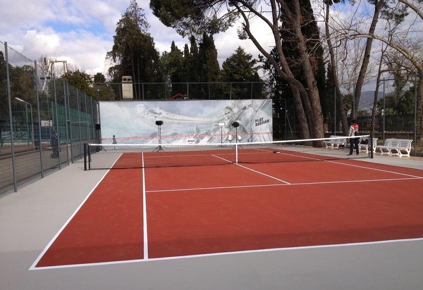Теннисный корт в парке - фото