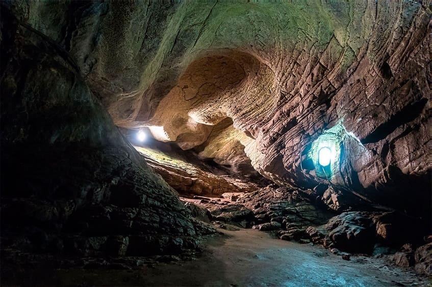 Вид внутри Ахштырской пещеры - фото