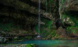 Vodopad-Glubokij-YAr-Past-Drakona