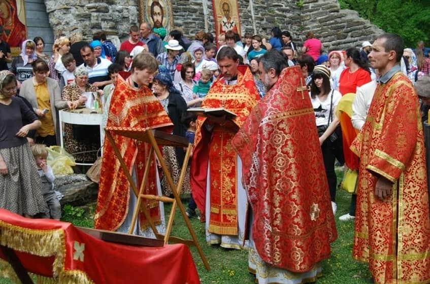 Божественная литургия у развалин храма - фото