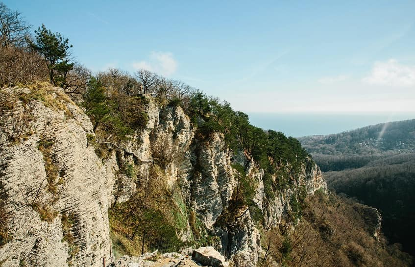 Орлиные скалы в осенний период - фото