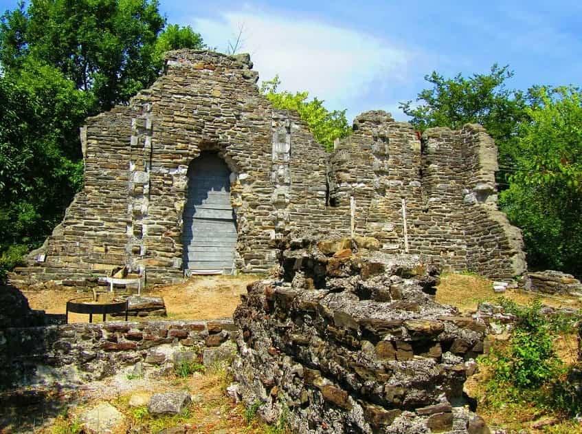 Развалины Византийского храма в Лоо - фото
