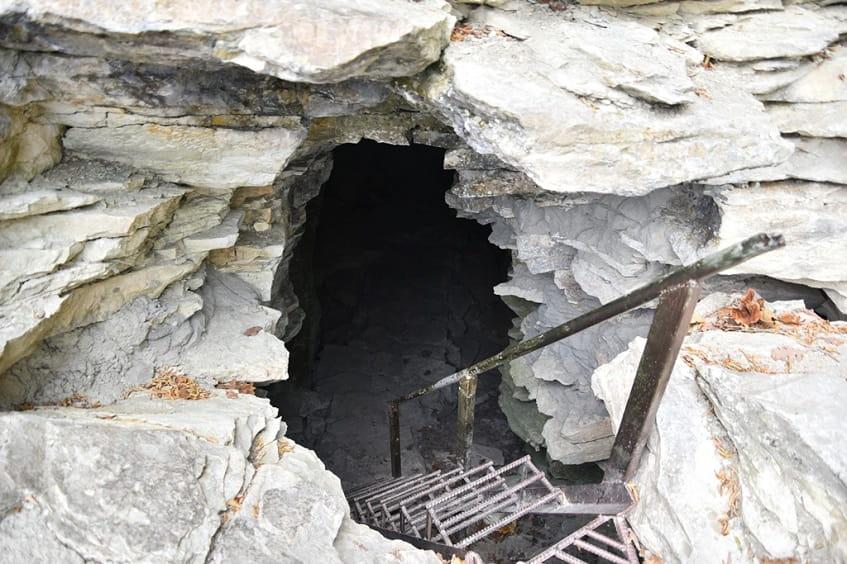Вертикальная пещера - фото