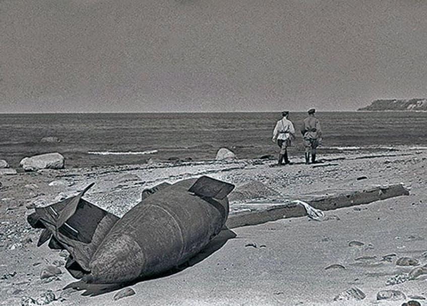 Бомба на берегу Чёрного моря, которая не взорвалась - фото