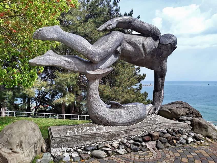 Cкульптура Пловец и Дельфин - фото