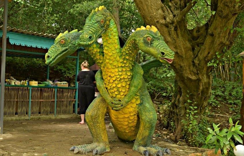 Деревянная фигура Змея-Горыныча - фото