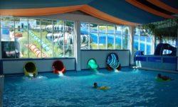 Один из бассейнов крытой части аквапарка - фото