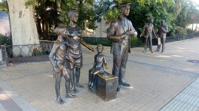 Памятник персонажам из фильма Бриллиантовая рука - фото