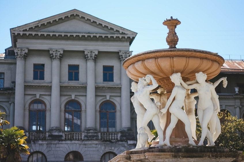 Вид на жилой корпус и главный фонтан - фото