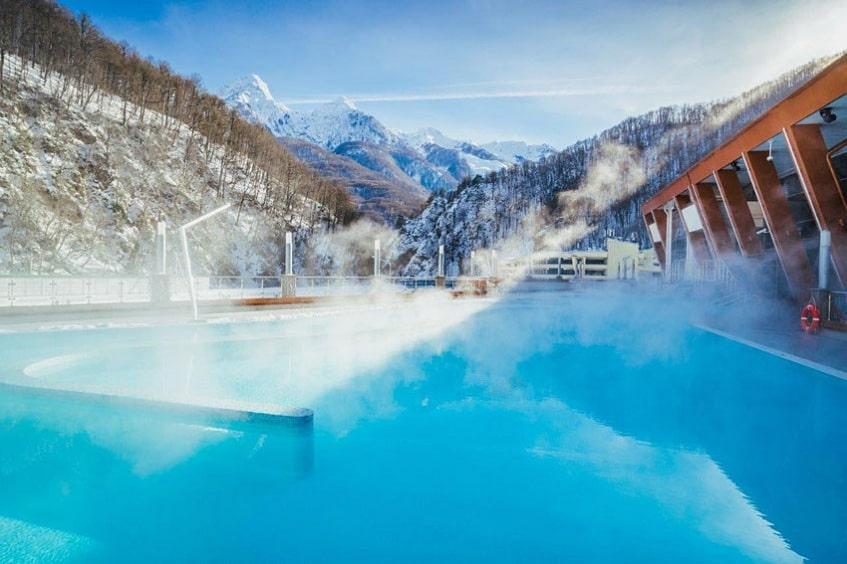 Внешний бассейн в зимний период - фото