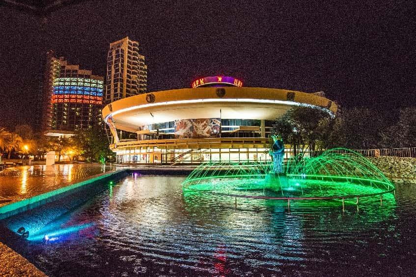 Здание цирка в ночное время - фото