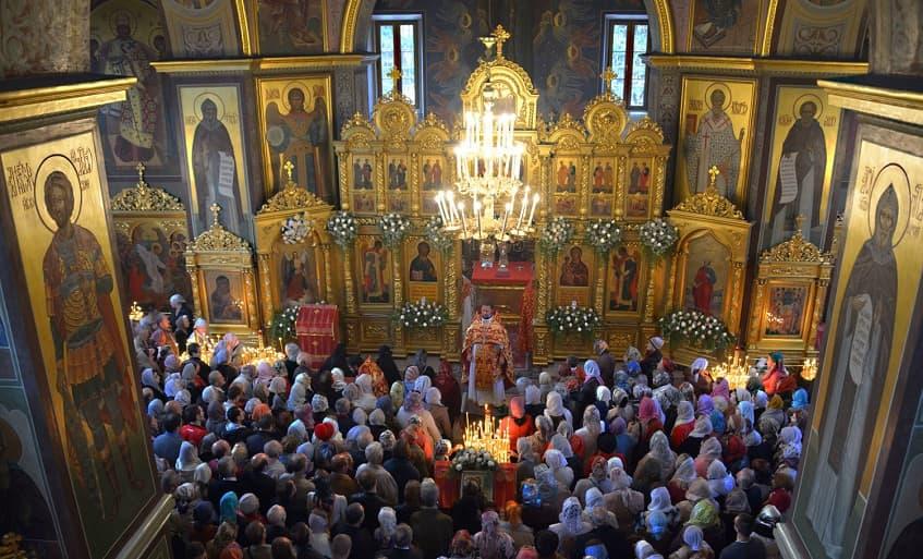 Служба в храме Архангела Михаила - фото