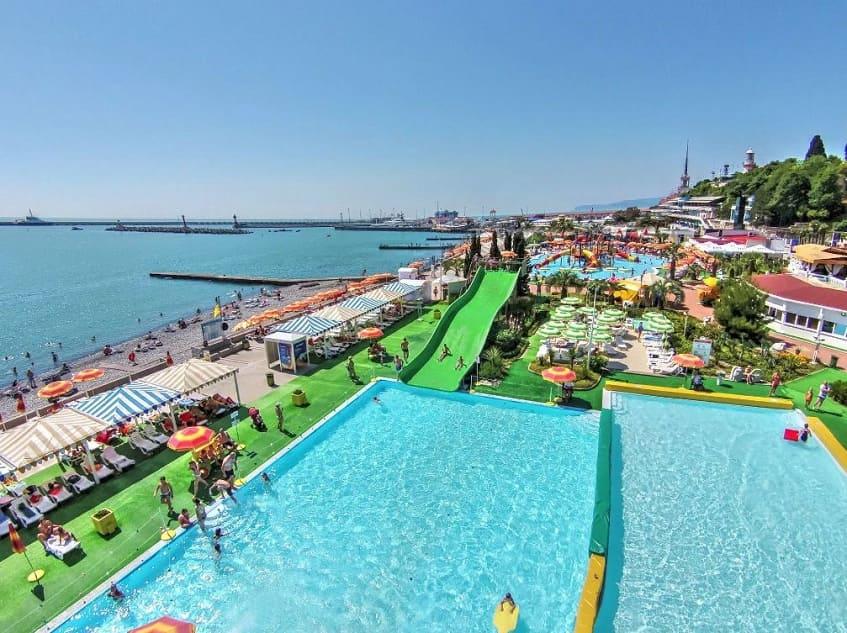 Вид на аквапарк и пляж с высоты - фото