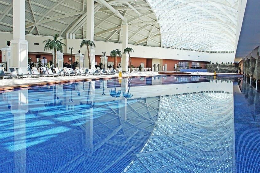 Один из бассейнов аквапарка - фото