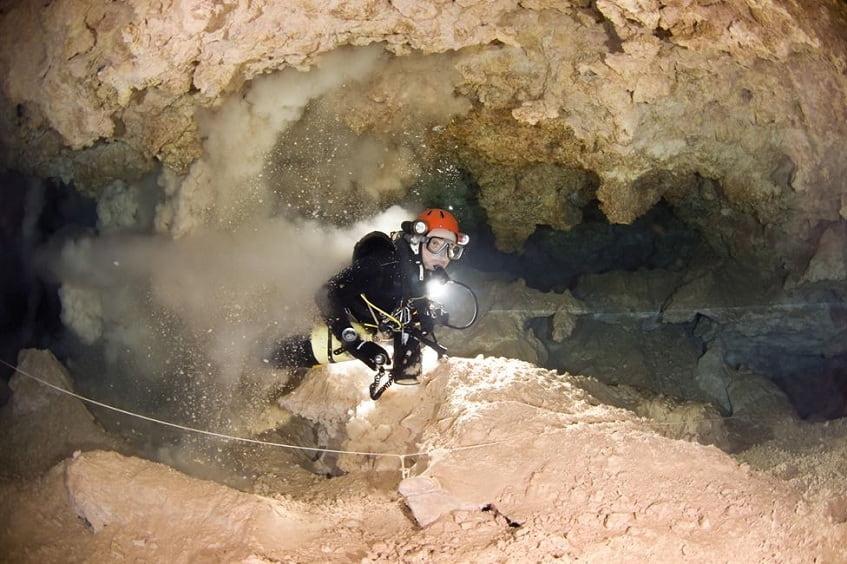 Внутри пещеры Ведьм - фото