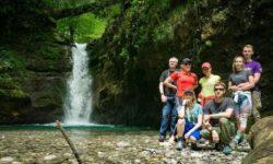 gruppa-turistov-u-ivanovskogo-vodopada