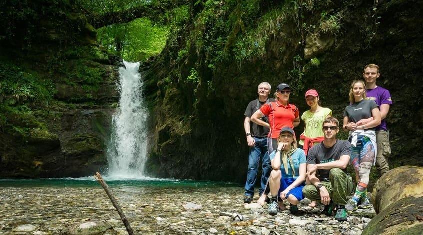 Группа туристов у Ивановского водопада - фото