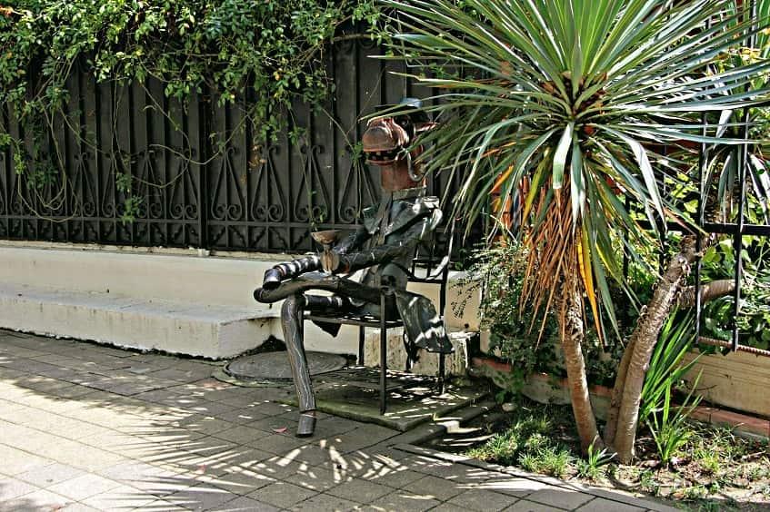 Памятник Конь в пальто - фото