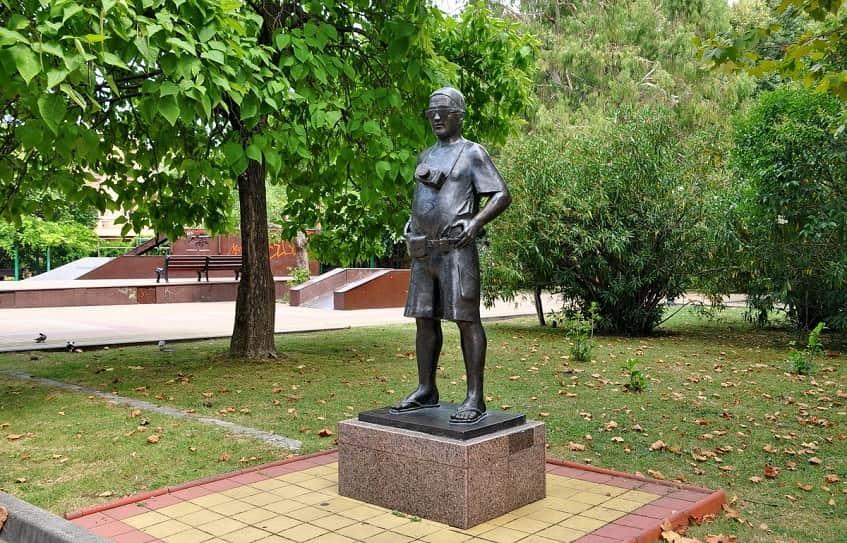 Памятник Туристу - фото