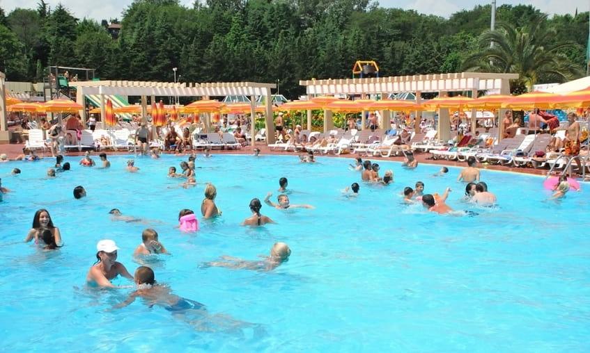 Плавательный бассейн - фото