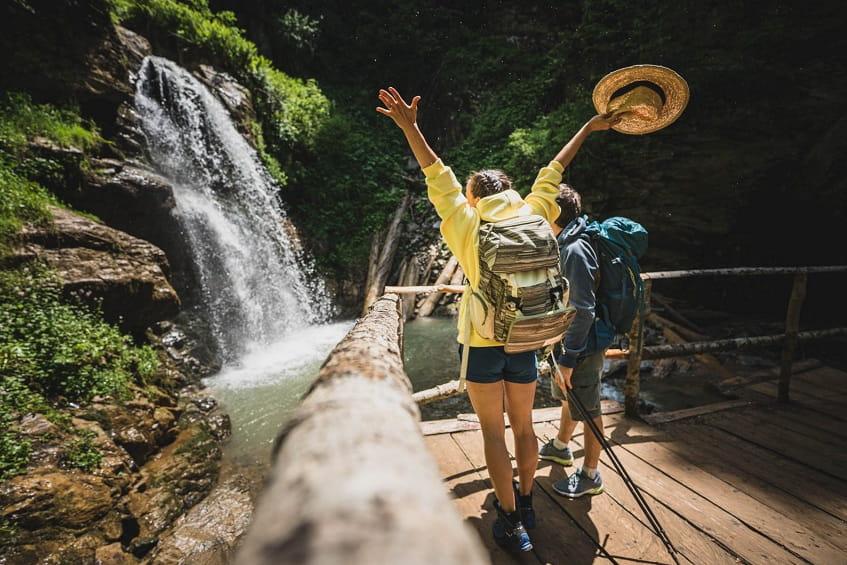 Туристы у водопада Чара - фото