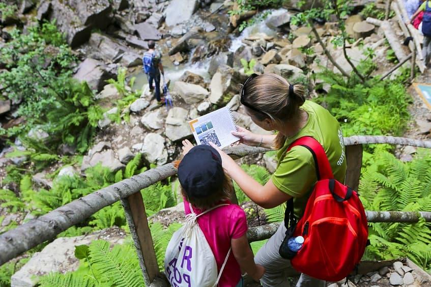 Туристы в парке водопадов - фото