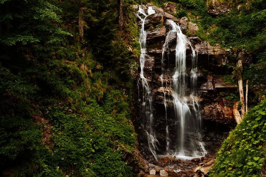 Табличка-указатель у входа в парк водопадов - фото