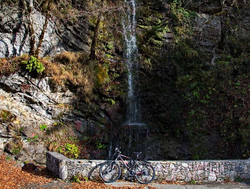 Водопад осенью - фото