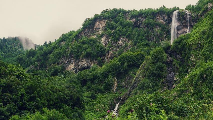 Живописный водопад - фото
