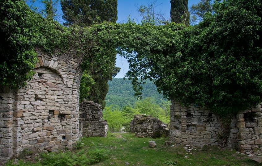 Руины храма в селе Ахштырь - фото