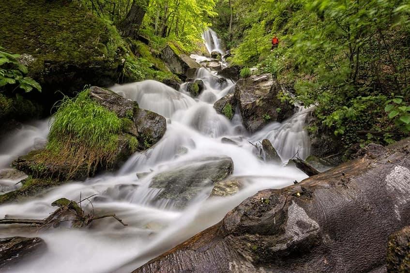 Шелковистый ручей водопада - фото
