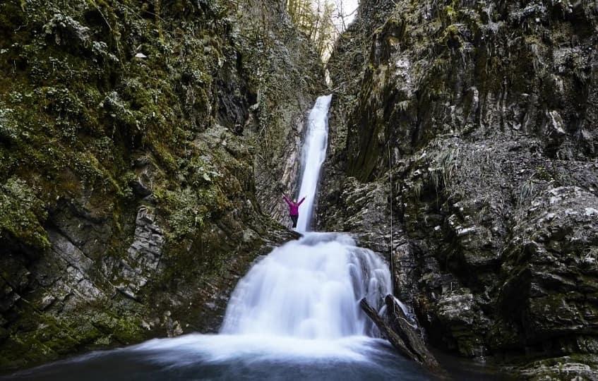 Турист у водопада Бзогу - фото