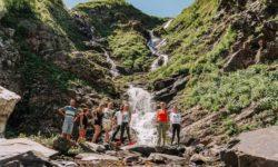 turisty-na-fone-achipsinskih-vodopadov