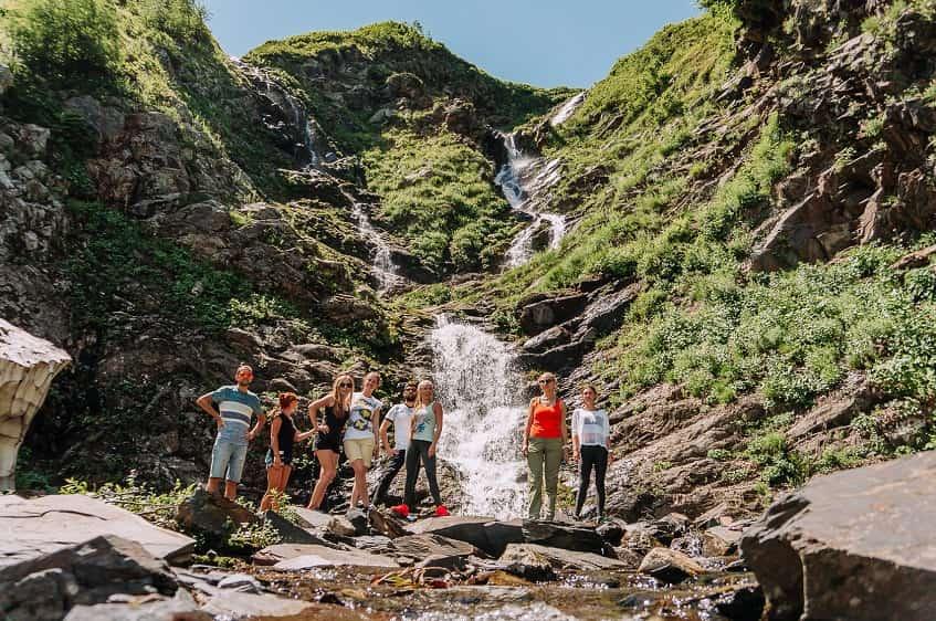 Туристы на фоне Ачипсинских водопадов - фото