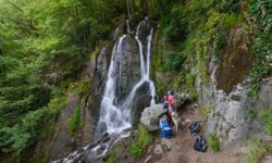 turisty-u-vodopada
