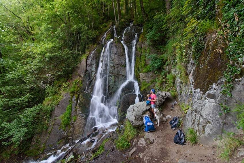 Туристы у водопада - фото