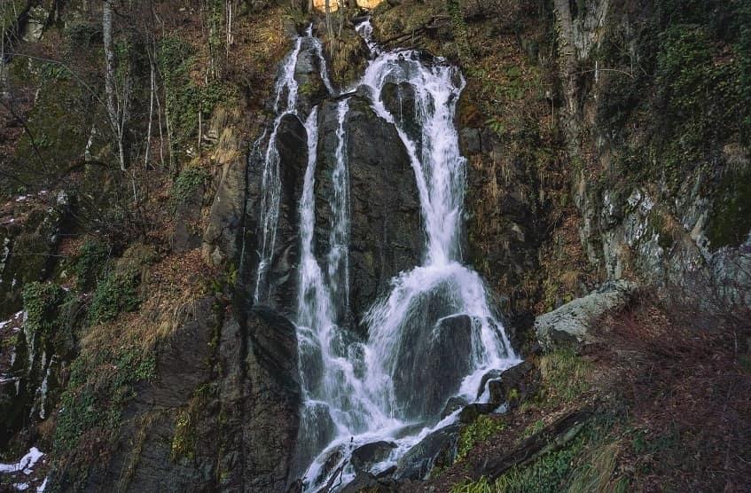 Водопад ранней весной - фото