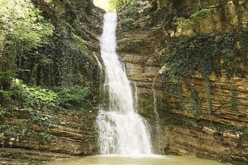 Дзыхринский водопад в Дзыхринском ущелье - фото